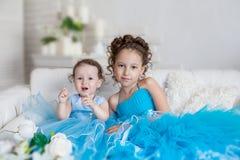 Twee zusters in blauwe kleding Stock Foto
