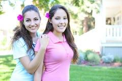 Twee Zusters buiten Huis stock afbeelding