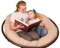 Twee zusters die boek lezen Stock Fotografie