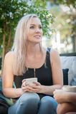 Twee zusters die koffie op een bank drinken Royalty-vrije Stock Foto