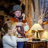 Twee zusters die met oude wijnoogst spelen telephon royalty-vrije stock afbeelding
