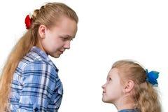 Twee zusters die op elkaar letten Stock Afbeelding