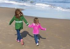 Twee zusters die op het strand lopen royalty-vrije stock foto's