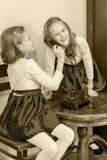 Twee zusters die op oude telefoon spreken Royalty-vrije Stock Foto's