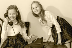 Twee zusters die op oude telefoon spreken Royalty-vrije Stock Afbeelding