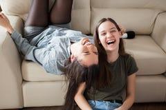 Twee zusters die pret hebben thuis royalty-vrije stock foto