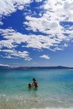 Twee zusters die spelen spelen en in het overzees zwemmen royalty-vrije stock afbeelding