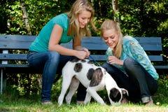Twee zusters en een hond Royalty-vrije Stock Afbeeldingen