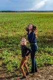 Twee zusters gelukkig met de aard, de lente op het gebied stock afbeeldingen