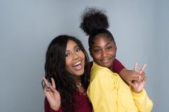 Twee Zusters het Lachen stock foto's