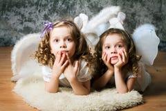 Twee zusters met engelenvleugels royalty-vrije stock foto's