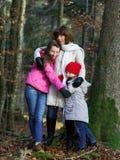Twee zusters met hun moederaard portarit stock afbeelding