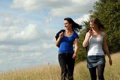 Twee zusters op de zomer lopen Stock Foto