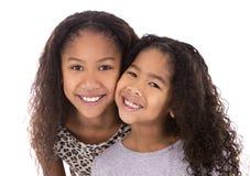 Twee zusters op witte achtergrond Royalty-vrije Stock Foto