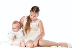 Twee zusters op witte achtergrond, isolatie Stock Foto
