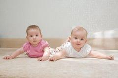 Twee zusters, tweelingbabymeisjes Royalty-vrije Stock Foto's