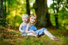 Twee zustersportret in openlucht Stock Foto's