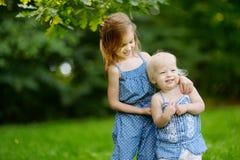 Twee zustersportret in openlucht Stock Afbeelding