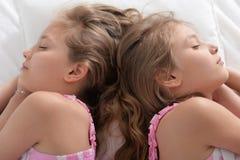 Twee zusterstweelingen het slapen stock afbeelding