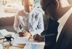 Twee zwarte bedrijfsmensen die hun zaken bespreken Stock Foto's