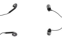Twee zwarte hoofdtelefoons liggen op een wit geïsoleerde achtergrond Horizontaal kader Royalty-vrije Stock Foto