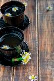 Twee zwarte kop thee met kamille Royalty-vrije Stock Foto's