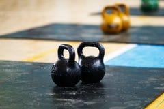 Twee zwarte metaalgewichten stock foto