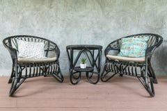 Twee zwarte stoelen en een koffietafel op de achtergrond van de zoldermuur Royalty-vrije Stock Foto's