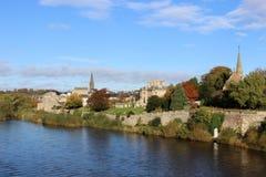 Tweed del río en Kelso, región de fronteras, Escocia Foto de archivo