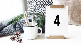tweede aftelprocedure 10 Kalender, denneappels en mok met potloden die zich op witte lijst in comfortabel huis, bureau bevinden p stock footage