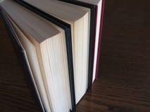 Tweede handboeken die zich op een houten lijst bevinden Mening van hierboven Hoogste mening Royalty-vrije Stock Foto's