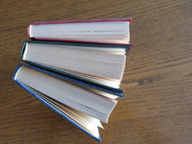 Tweede handboeken die zich op een houten lijst bevinden Mening van hierboven Hoogste mening Royalty-vrije Stock Afbeelding