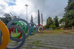Tweehonderdste verjaardag Square Plaza del Bicententario met ringen die de geschiedenis van Argentinië - Cordoba, Argentinië vert royalty-vrije stock fotografie
