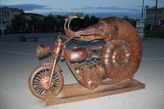Tweekleppig schelpdier op een motorfiets royalty-vrije stock afbeeldingen