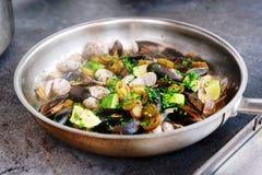 Tweekleppige schelpdieren en mosselen op hete gestemde pan, Royalty-vrije Stock Foto