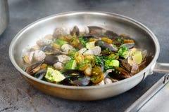 Tweekleppige schelpdieren en mosselen op hete pan Stock Foto's