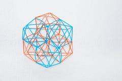 Tweekleurig Met de hand gemaakt Dimensionaal Modelof geometric solid stock afbeeldingen