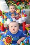 Tweeling babyjongens stock afbeeldingen