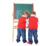 Tweeling broers die met bord spelen Stock Afbeeldingen