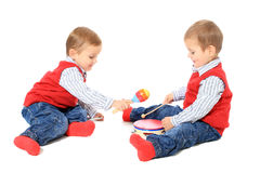 Tweeling broers die samen spelen Royalty-vrije Stock Afbeeldingen