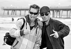 Tweeling broers die wat pret op het strand hebben. Royalty-vrije Stock Foto's
