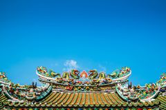 Tweeling Chinese draken op het Chinese tempeldak Stock Foto's
