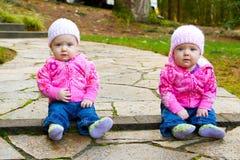 Tweeling Meisjes in Roze Royalty-vrije Stock Afbeeldingen