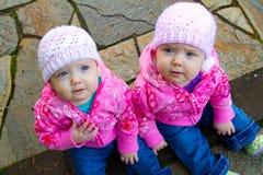 Tweeling Meisjes in Roze Stock Foto's