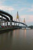 Tweeling overbrugde opschorting de kruising van de rivier van Bangkok stock fotografie
