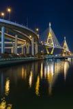 Tweeling overbrugde opschorting de kruising van de rivier van Bangkok bij schemering, Thailand royalty-vrije stock afbeelding