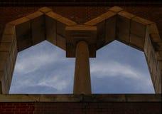 Tweeling Overspannen Vensters, de Hemel, de Wolken stock foto