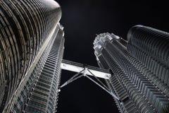 Tweeling 's nachts Torens Stock Afbeeldingen