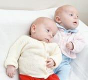 Tweeling sisters.ter. stock foto's