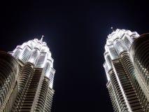 Tweeling torens bij nacht Royalty-vrije Stock Fotografie